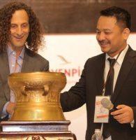 Huyền thoại saxophone người Mỹ – Kenny G đón nhận Trống đồng Việt Nam