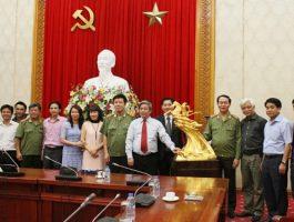Bộ trưởng Bộ Công an đón nhận bức tượng vàng Đức Thánh Gióng